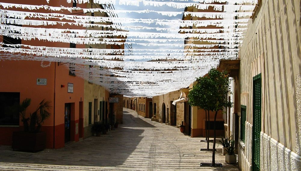 Mallorca-Alcudia-Girlanden-Gassen