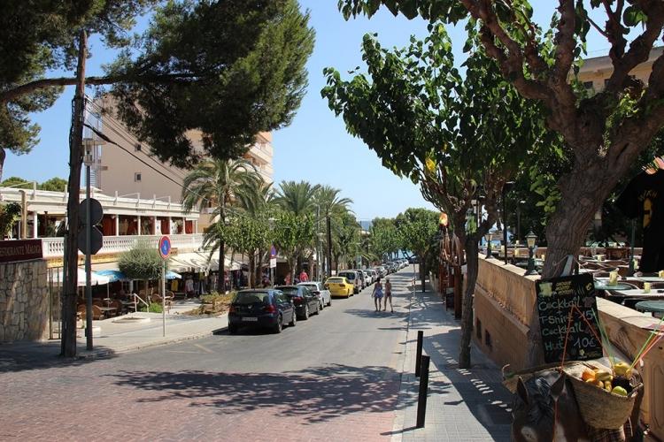 Mallorca-Paguera-Strasse-Richtung-Meer