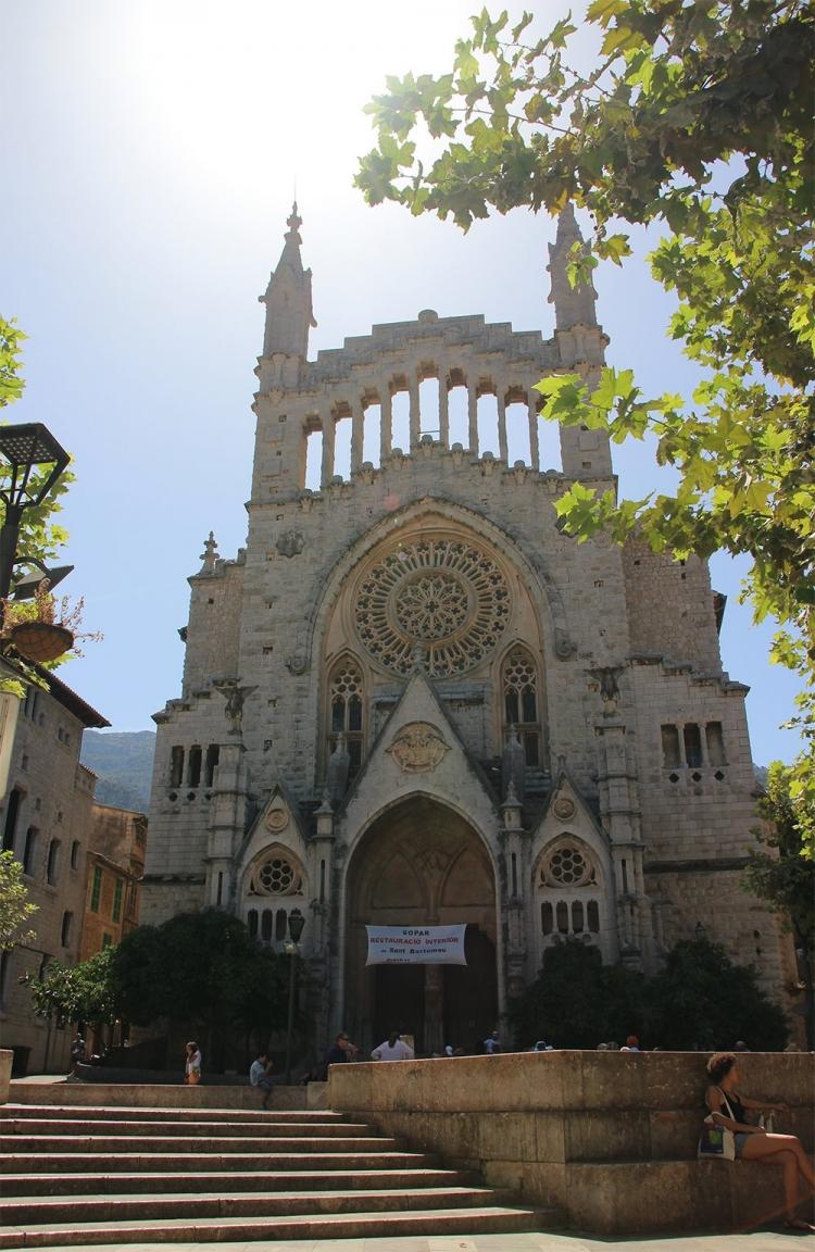 Mallorca-Soller-Kirche-Platz-Sonne