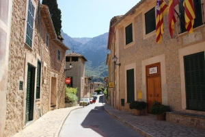 Mallorca-Deia-Gasse-Sommer-Berge-300x200