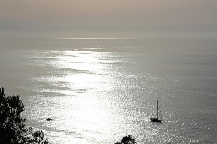 Mallorca-Port-de-Soller-Meer-Sonnenuntergang-Boot