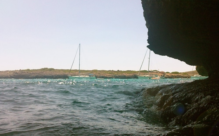 Mallorca-Cala-Varques-Meer-Boote-Sonnenschein