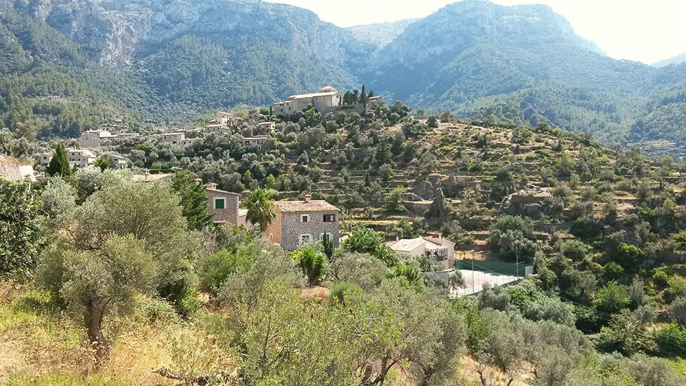 Mallorca-Deia-Stadt-Friedhof-Kirche