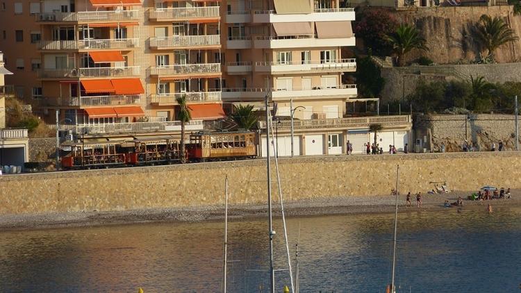 Mallorca-Port-de-Soller-Strassenbahn-Sonnenuntergang-Meer-Strand-Promenade