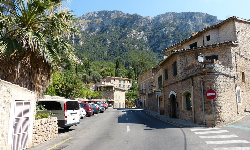 Mallorca-Deia-Strasse-Haeuser-Parkplatz