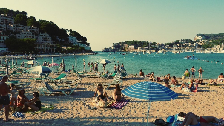 Mallorca-Port-de-Soller-Strand-Meer-Touristen