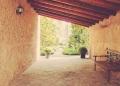 Mallorca-Biniagual-Innenhof-Blick-Bank-Mauer-120x86