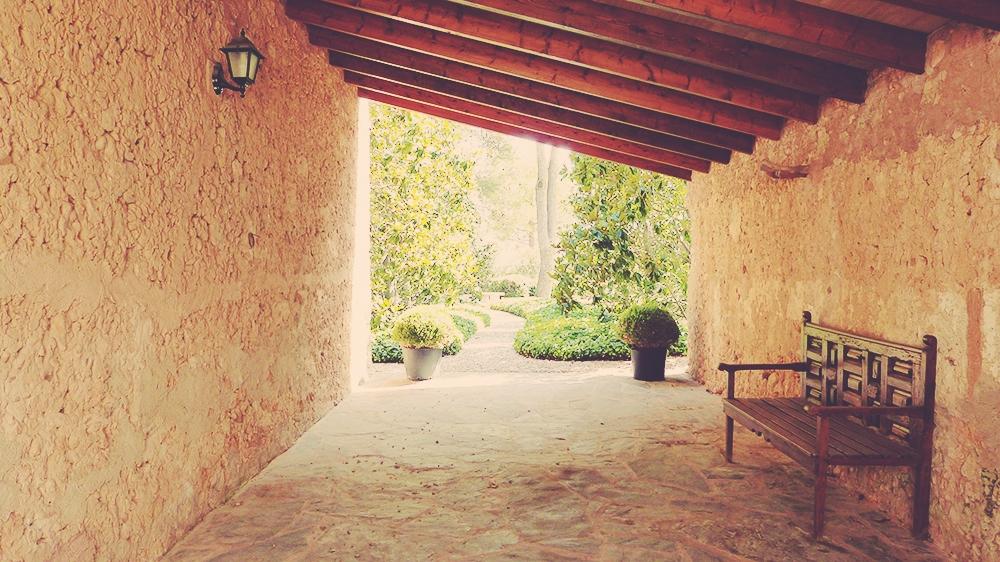 Mallorca-Biniagual-Innenhof-Blick-Bank-Mauer