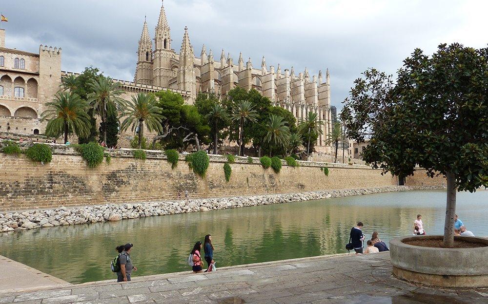 Mallorca-Palma-Kathedrale-La-Seu-Touristen