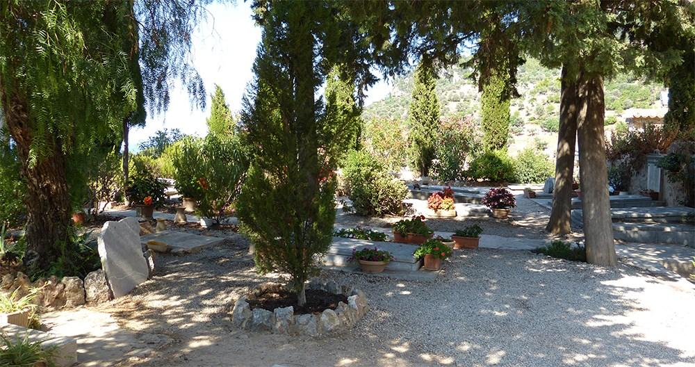 Mallorca-Deia-Friedhof-Baeume-Graeber
