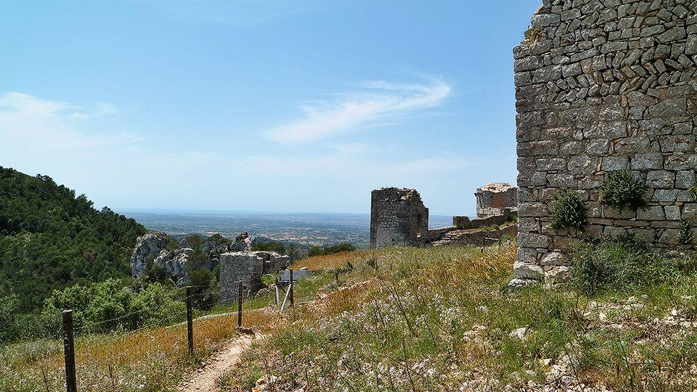 Mallorca-Castell-de-Santueri-Aussicht-Mauern
