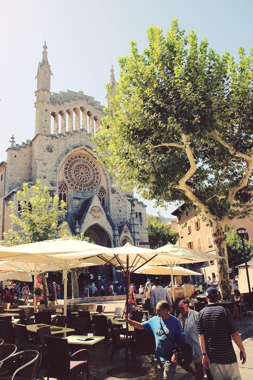 soller-Kirche-Sankt-Bartholomaeus-Platz-Menschen