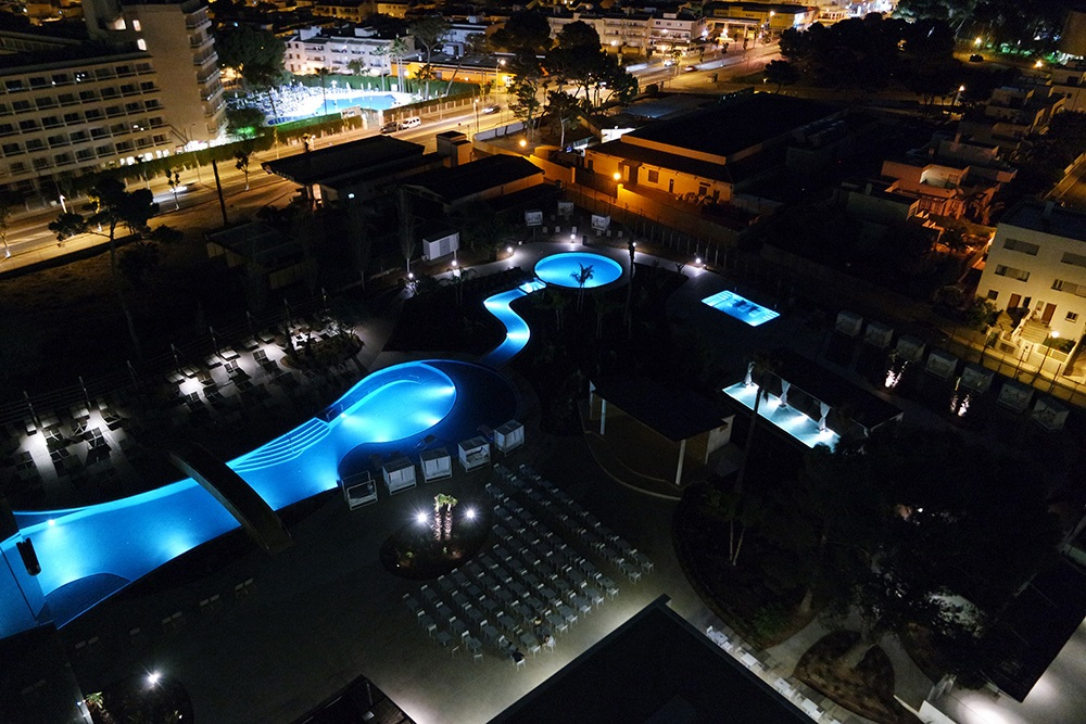 Tonga-Tower-Design-Hotel-Suites-Can-Picafort-Pool-Nacht