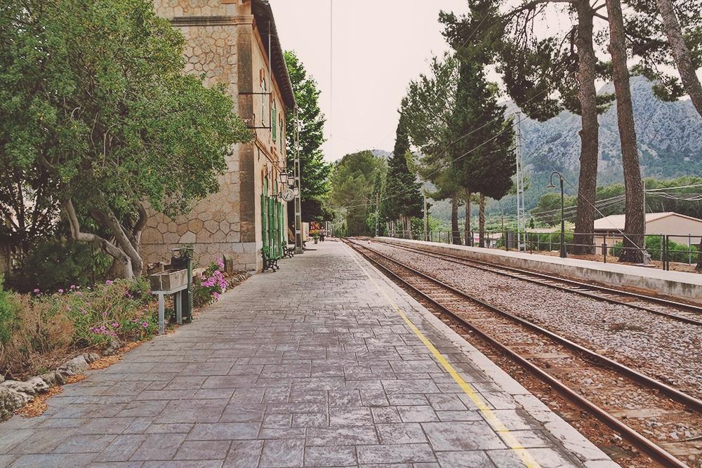 Mallorca-Bunyola-Bahnhof-Gebaeude-Schienen-2