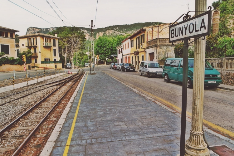 Mallorca-Bunyola-Bahnhof-Gebaeude-Schienen-Schild