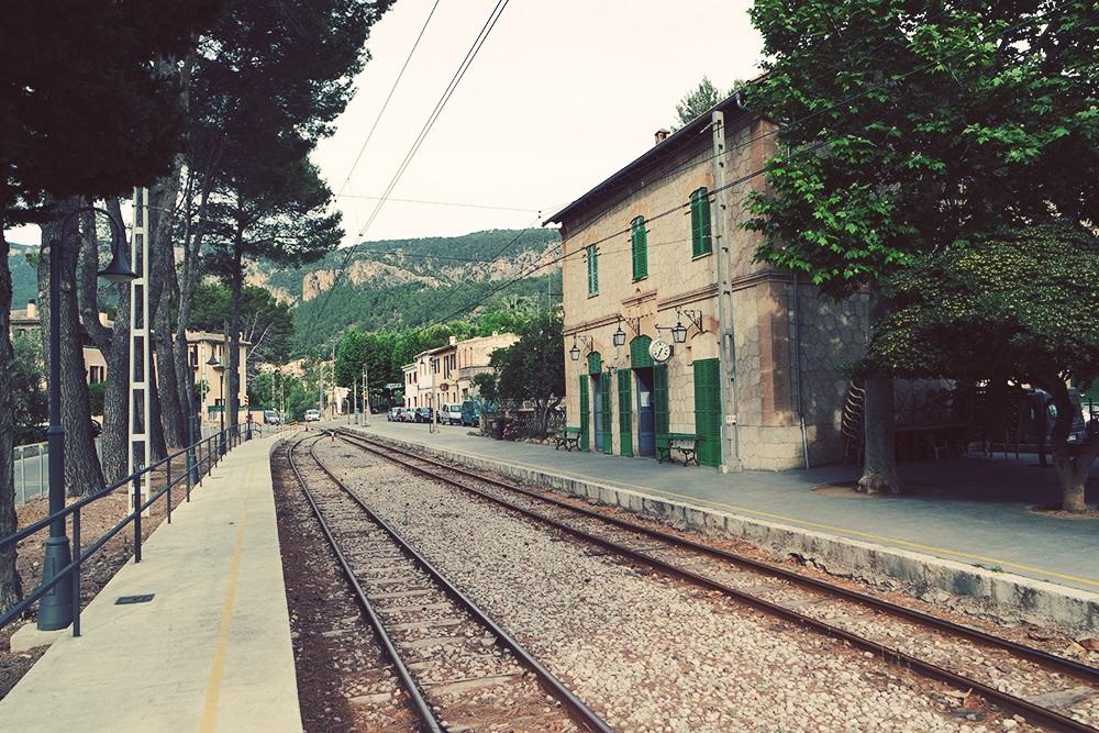 Mallorca-Bunyola-Bahnhof-Gebaeude-Schienen