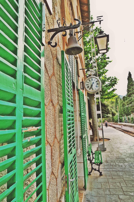 Mallorca-Bunyola-Bahnhof-Gebaeude-Uhr-Lampe