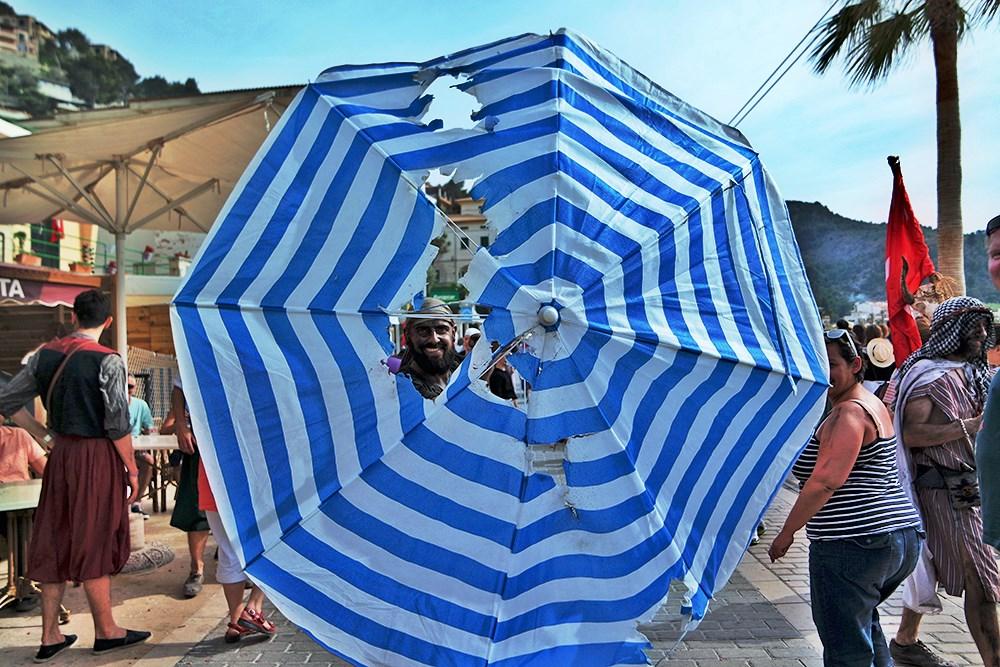 Mallorca-Port-de-Soller-Piratenfest-Schirm-Loch