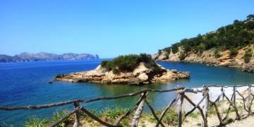 Eine-Insel-vor-der-Insel-Playa-SIllot-360x180