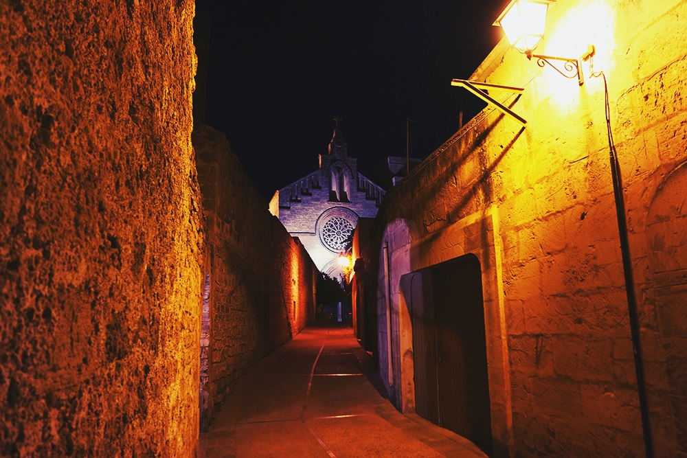 Mallorca-Alcudia-Nacht-Gasse-Kirche
