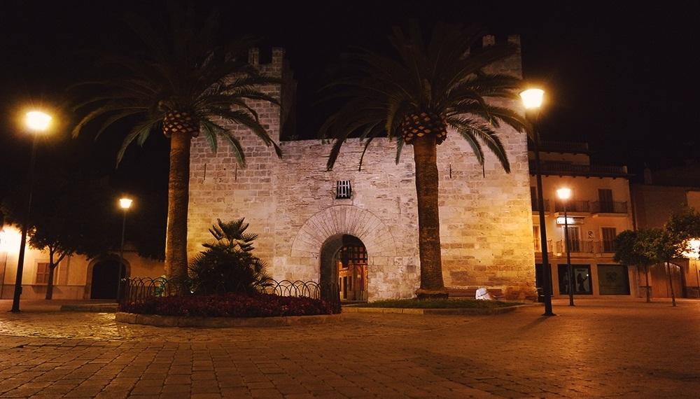 Mallorca-Alcudia-Nacht-Stadtmauer-Tor