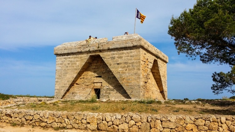 Das Castell Punta de n'Amer erhebt sich würfelförmig im Gelände und bietet von seiner Plattform aus einen tollen Ausblick über Mallorca