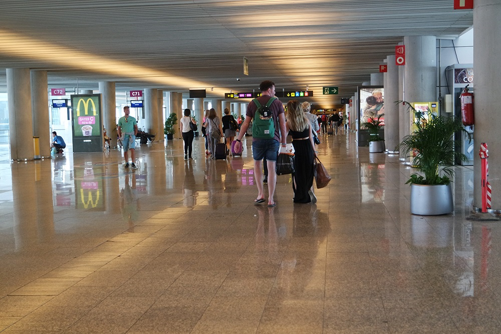 Mallorca-Flughafen-Frau-Gate-Menschen-Geschaefte-Paar
