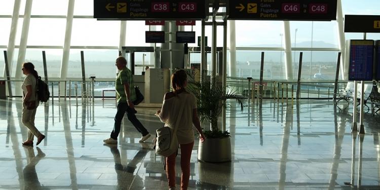 Mallorca-Flughafen-Frau-Gate-Warten
