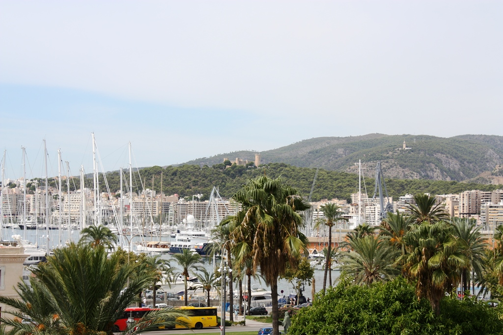 Blick-ueber-den-Hafen-vom-Palma-zum-Castell-de-Bellver