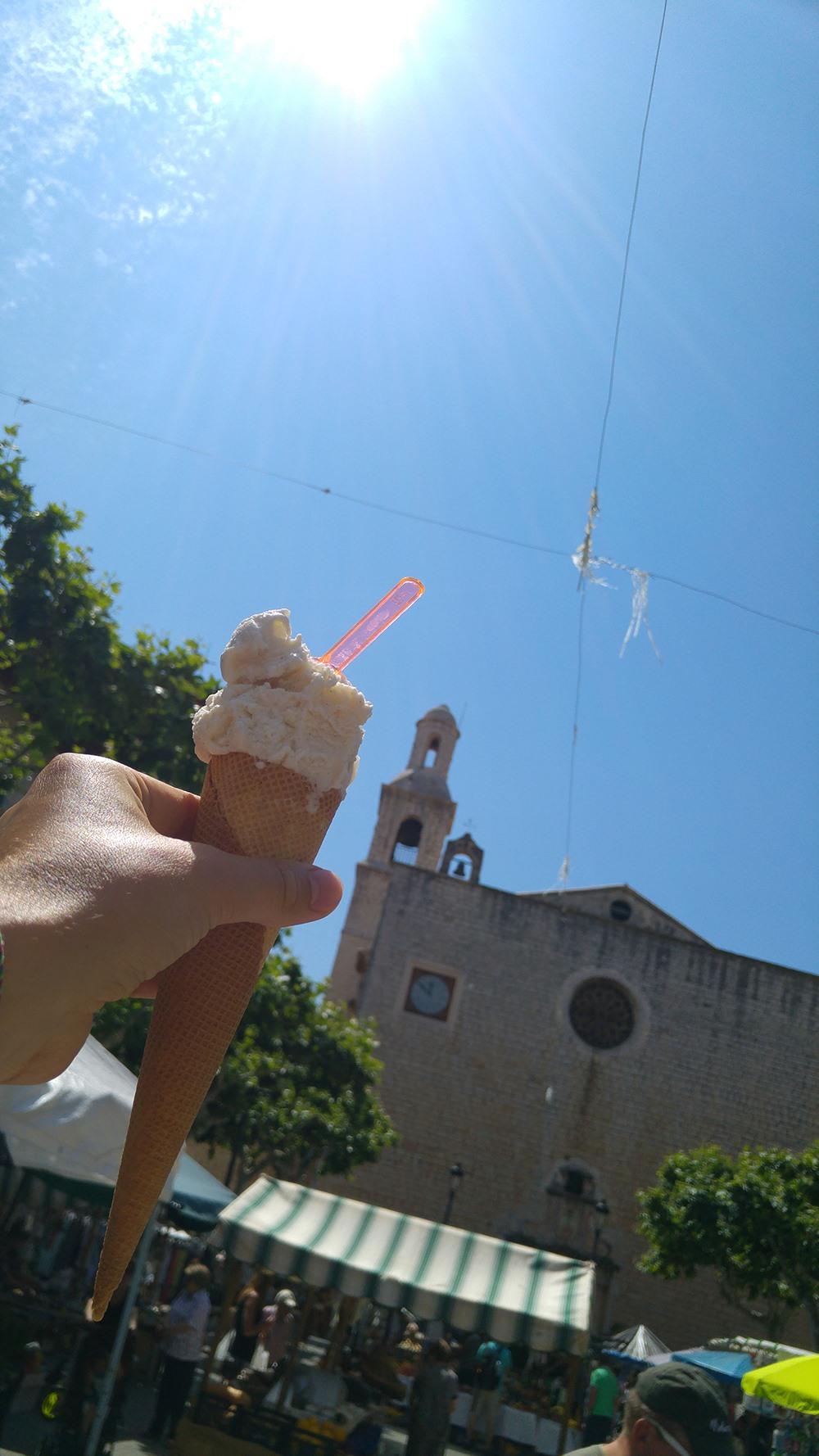 Mallorca-Alaro-La-Isla-del-Gelato-Eis-Waffel-Markt-Kirche