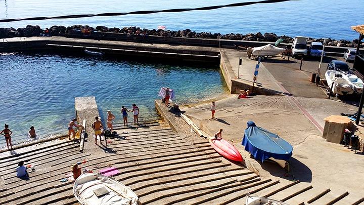 Mallorca-Port-de-Valldemossa-Hafen-Menschen
