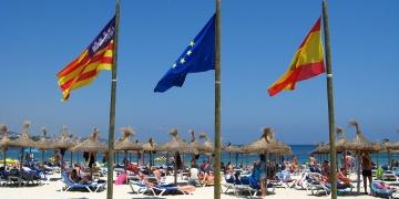 Mallorca-Strand-Magaluf-Flaggen-360x180