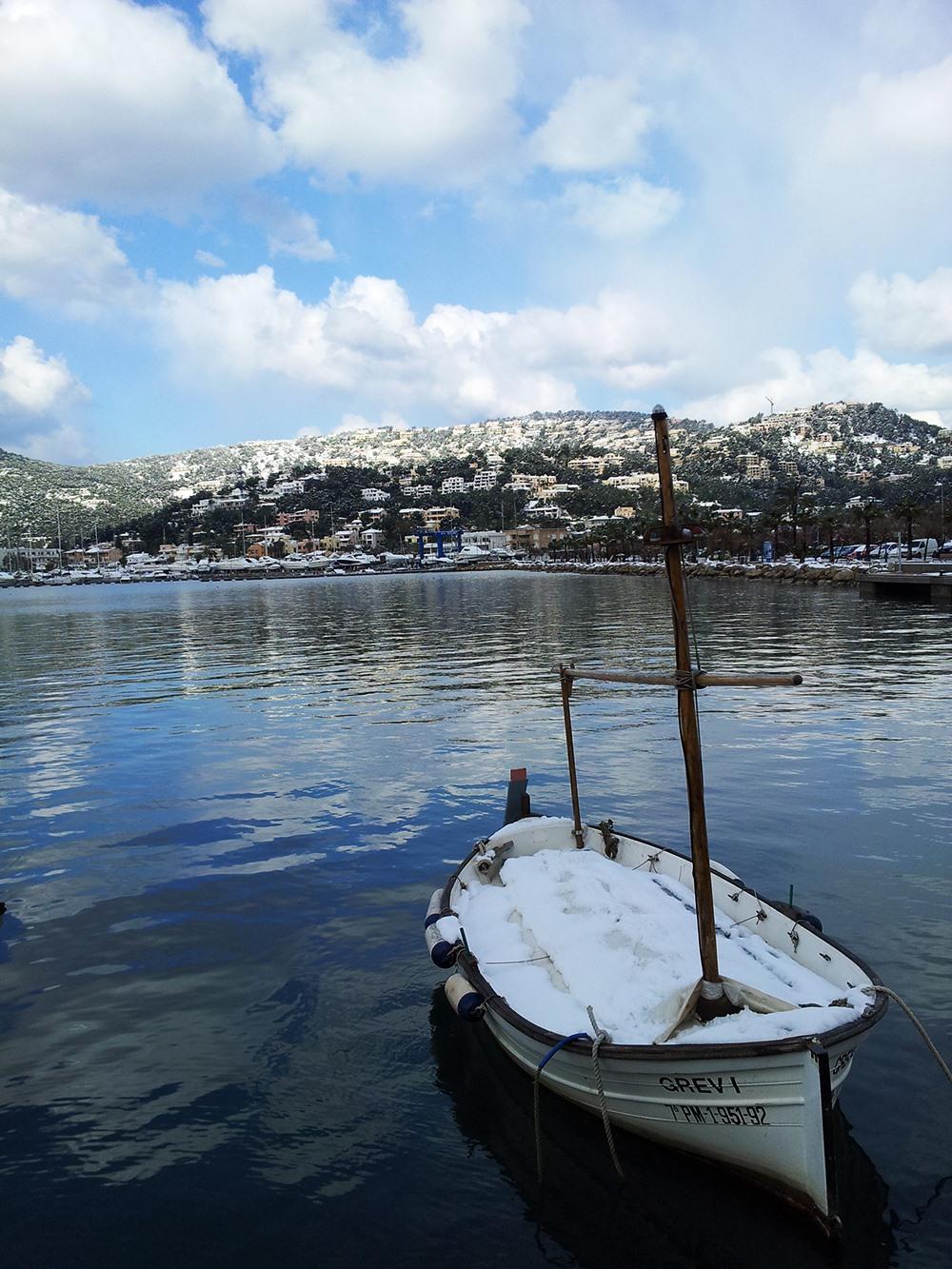 Mallorca-Winter-Schnee-Berge-Port-Andratx-Hafen-Boot