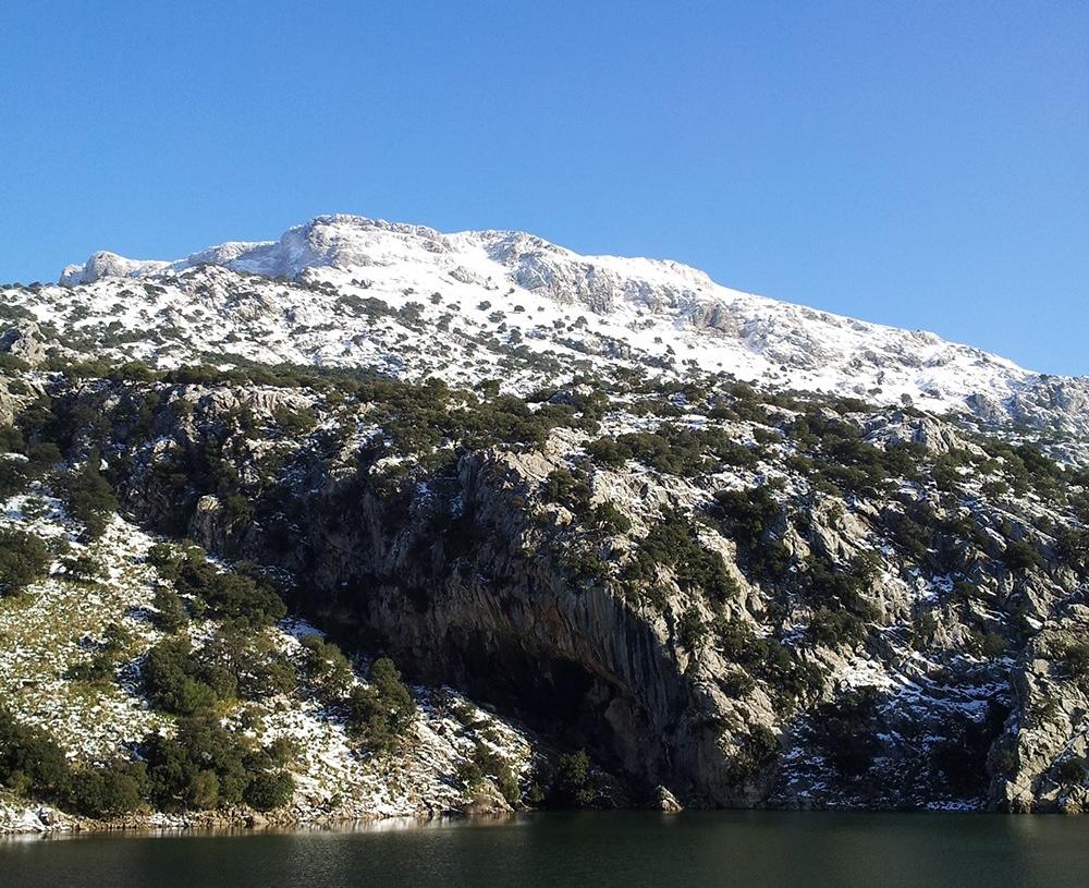mallorca-winter-schnee-berge-stausee-gorg-blau