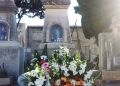 Mallorca-Palma-Friedhof-Ein-mit-Blumen-geschmuecktes-Grab-120x86