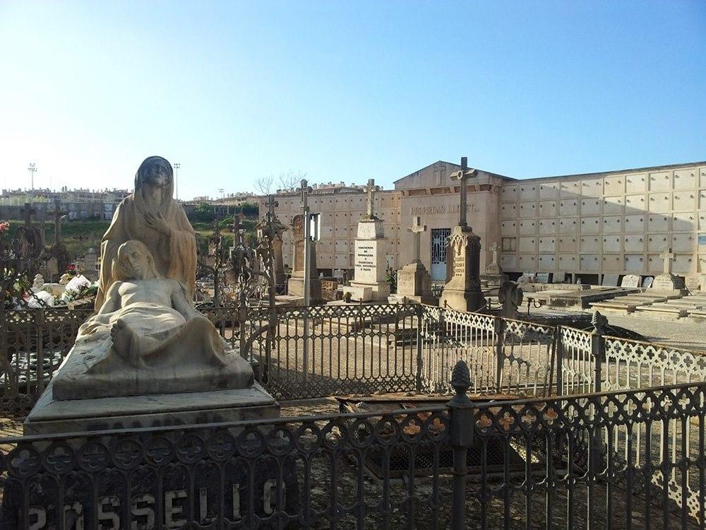 Mallorca-Palma-Friedhof-Unzaehlige-Skulpturen-schmuecken-die-Graeber