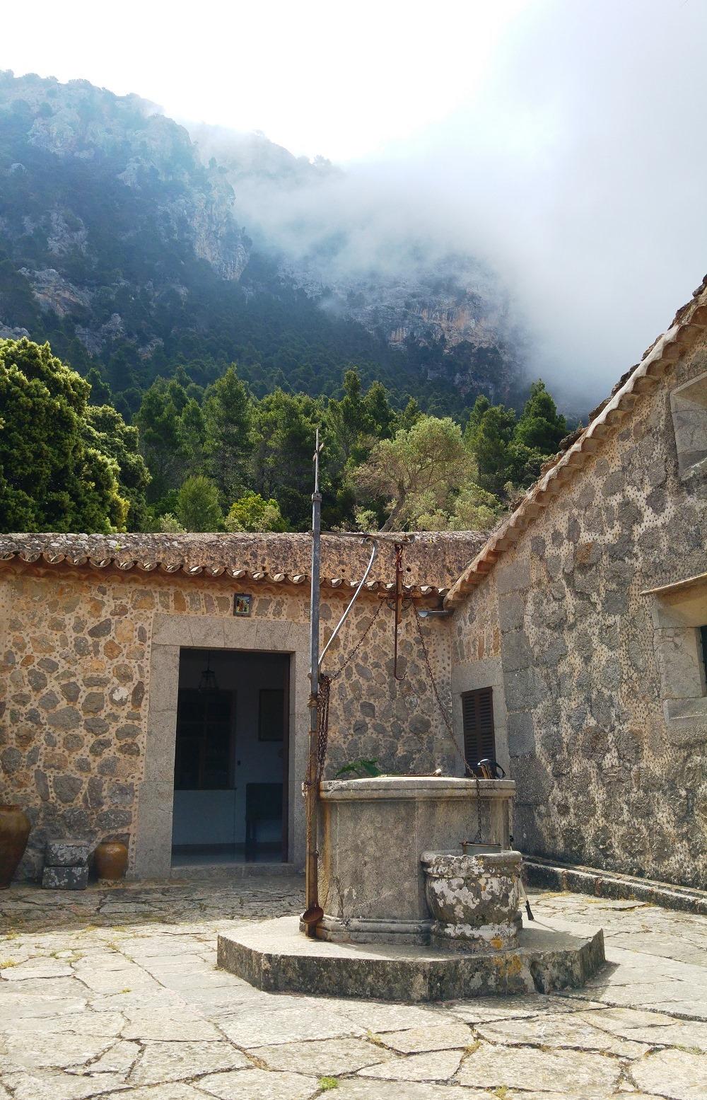 Mallorca-Ermita-de-la-Trinitat-Brunnen