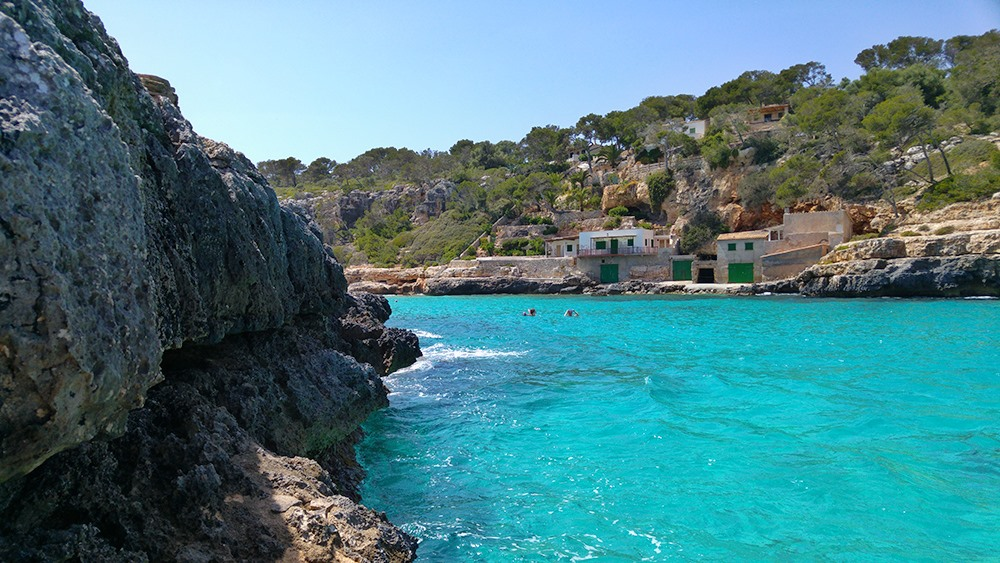Mallorca-Cala-Llombards-Meer-Felsen-Fischerhuetten