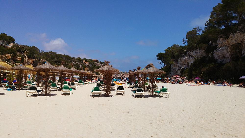 Mallorca-Cala-Llombards-Strand-Menschen-Liegen-Schirme