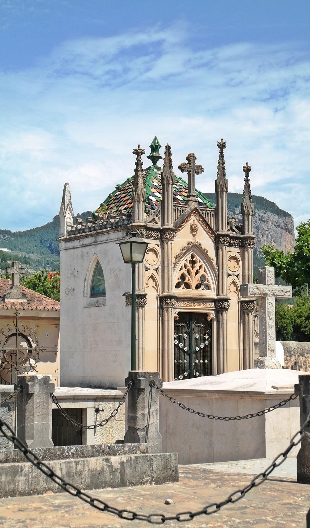 Mallorca-Alaro-Friedhof-Gruft-Buntes-Dach-2
