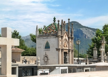 Mallorca-Alaro-Friedhof-Gruft-Buntes-Dach-3