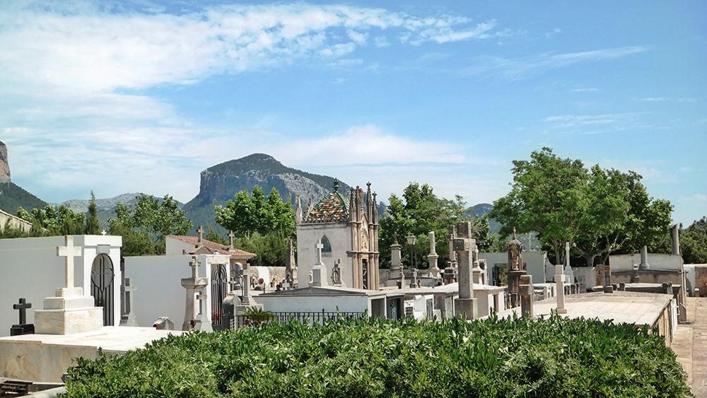 Mallorca-Alaro-Friedhof-Gruft-Buntes-Dach-4