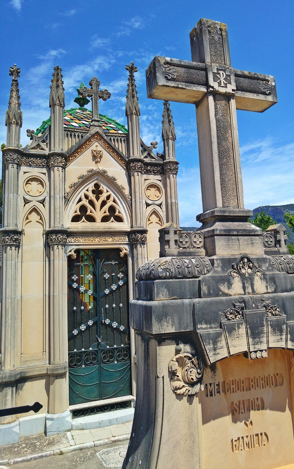 Mallorca-Alaro-Friedhof-Gruft-Buntes-Dache-Kreuz