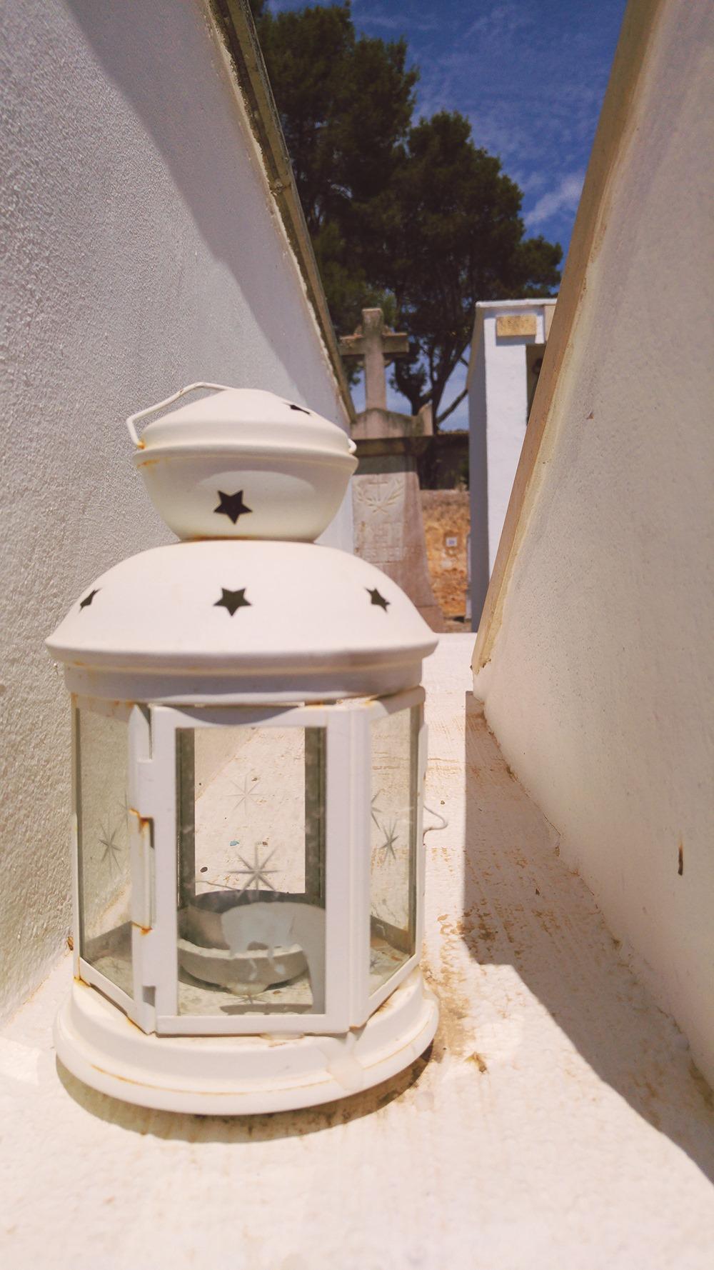 Mallorca-Alaro-Friedhof-Lampe-Dekoration