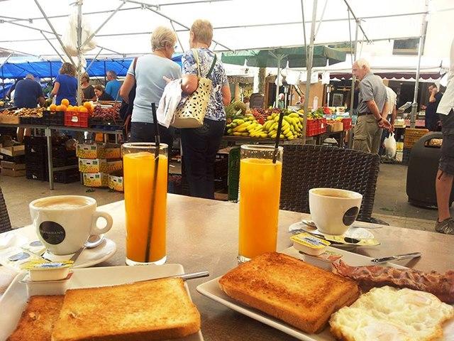 Mallorca-Pollenca-Cafe-Pause-Auszeit-Markt-Orangensaft