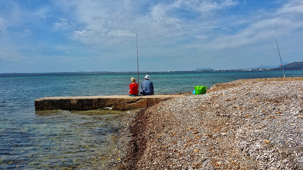 Mallorca-Alcanada-Strand-Algen-Angeln-Steg