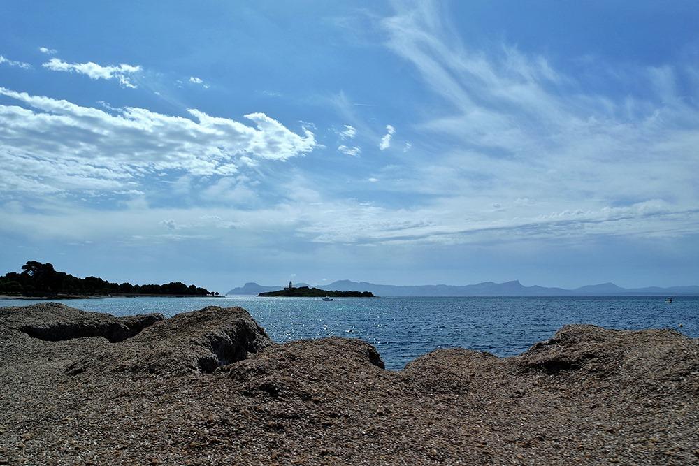 Mallorca-Alcanada-Strand-Leuchtturm-Algen