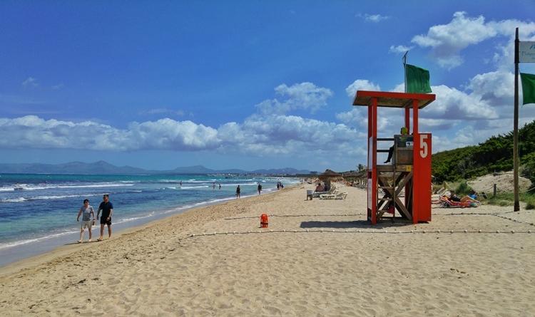 Playa-de-Muro-Strand-Rettungsschwimmer-Gruene-Flagge