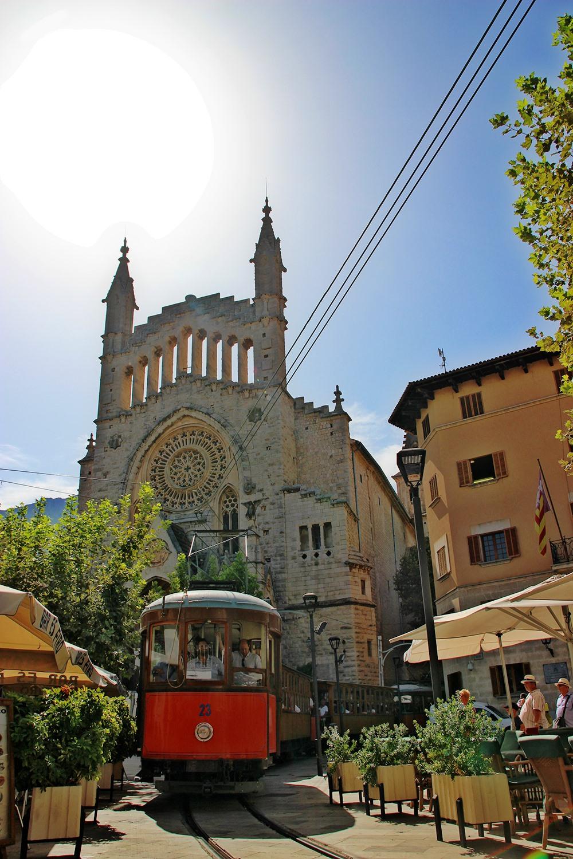 Mallorca-Soller-St-Bartholomaeus-Plaza-Constitucion-Roter-Blitz