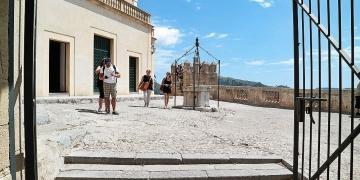 Mallorca-Arta-Burg-Eingang-Touristen-360x180